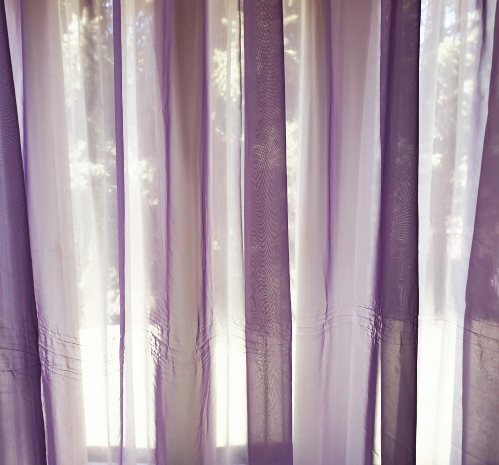 Egy függöny, kellemes lila színnel